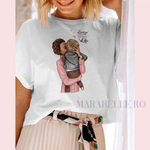Tricou din colecţia Super Mama, Lovin' the Mom Life. Tricou Iubesc viaţa de mamă, pentru mămici de băieţei. Tricoul se poate personaliza cu numele copilului.