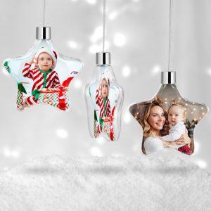Globul de Crăciun se personalizează prin inserţie foto pe ambele feţe şi se ambalează individual în folie de plastic. Globul este prevăzut cu sfoară decorativă argintie pentru a fi agăţat în brad.