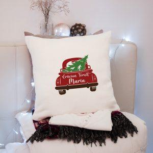 Pernă cadou pentru Crăciun, cu maşină şi brăduţ, personalizată cu nume.