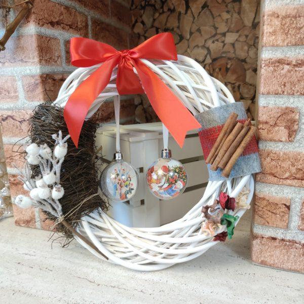 Decor Coroană de Crăciun cu nuiele şi 2 globuri personalizate